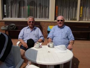 Ereleden Gé Bouwhuis (l) en Harry van der Valk (r)